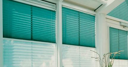 Горизонтальные жалюзи или рулонные шторы: что лучше